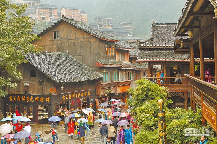 旅遊也常出現消費潛規則。圖為貴州省西江千戶苗寨。(新華社資料照片)