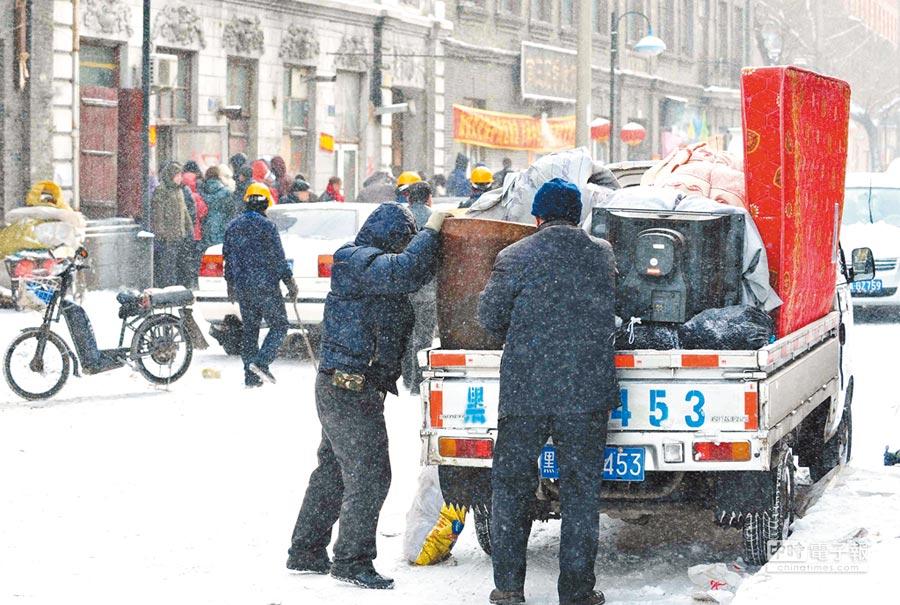 大陸民眾曾在搬家時被坑。圖為哈爾濱市居民在雪中搬家。(新華社資料照片)