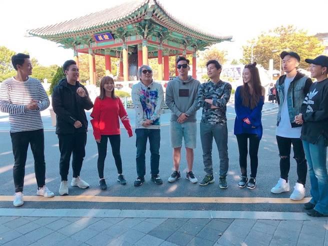 曾莞婷(右起)、JR 紀言愷、周宜霈、何妤玟、賴薇如、無尊、金旼哉在韓國出外景。(圖片提供:中視)