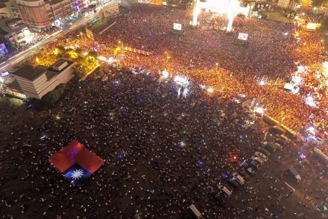 韓國瑜鳳山造勢已破11萬人。圖為空拍現場。(李俊毅攝)