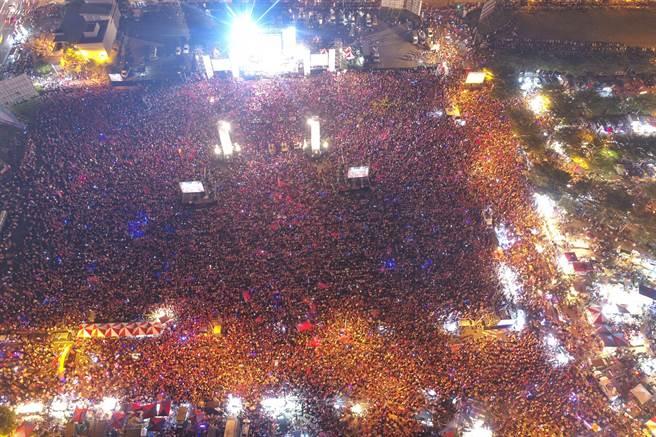 主辦單位宣布現場人數已突破11萬人,空拍圖呈現人潮滿滿滿。(李俊毅攝)
