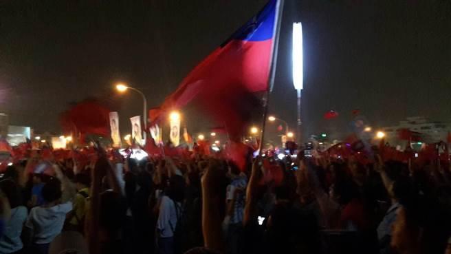 國民黨高雄市長候選人韓國瑜造勢晚會,韓粉熱情高舉國旗。(圖/韓國瑜後援會提供)