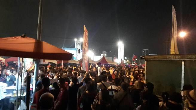 國民黨高雄市長候選人韓國瑜造勢晚會,韓粉人擠人共襄盛舉。(圖/韓國瑜後援會提供)