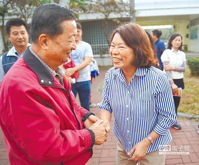 國民黨提名嘉義市長候選人黃敏惠(右),向民眾拜票。