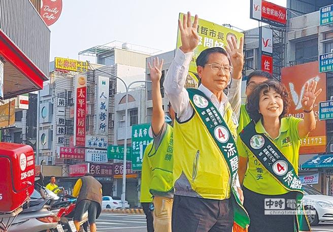 民進黨提名爭取連任的嘉義市長涂醒哲,在路口定點向民眾拜票。