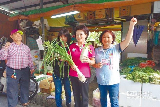 無黨籍嘉義市長候選人蕭淑麗(右二)到菜市場拜票,民眾預祝凍蒜。(廖素慧翻攝)