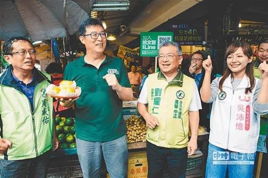 民進黨台北市長候選人姚文智(左二)。(圖為資料照)