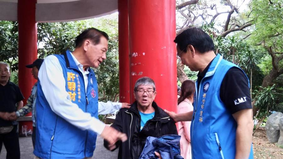新竹市長候選人許明財(左)17日上午到十八尖山快閃拜票,要讓市民重返快樂閃亮。(陳育賢攝)
