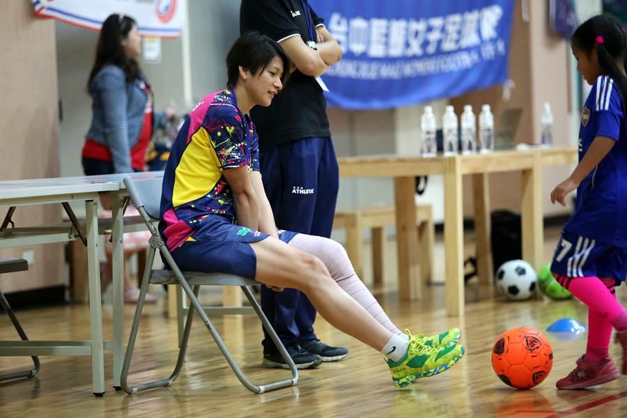 中華女足隊長余秀菁因為左膝受傷,足球教室只能坐在場邊關心。(李弘斌攝)