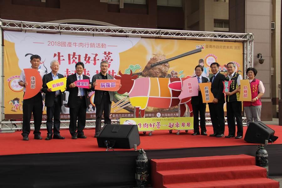 台南市政府農業局為鼓勵民眾支持優質國產牛肉,17日於台灣首府大學舉辦創意牛丼飯、牛蒡湯試吃活動。(台灣首府大學提供)