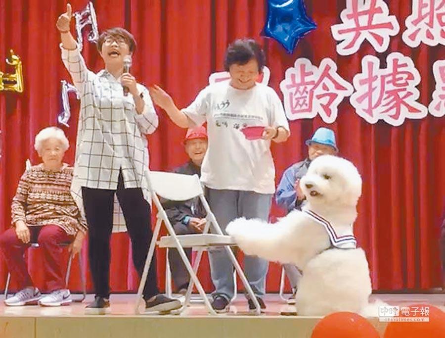 超萌治療犬「哈媚」帶來才藝表演。(譚宇哲翻攝)