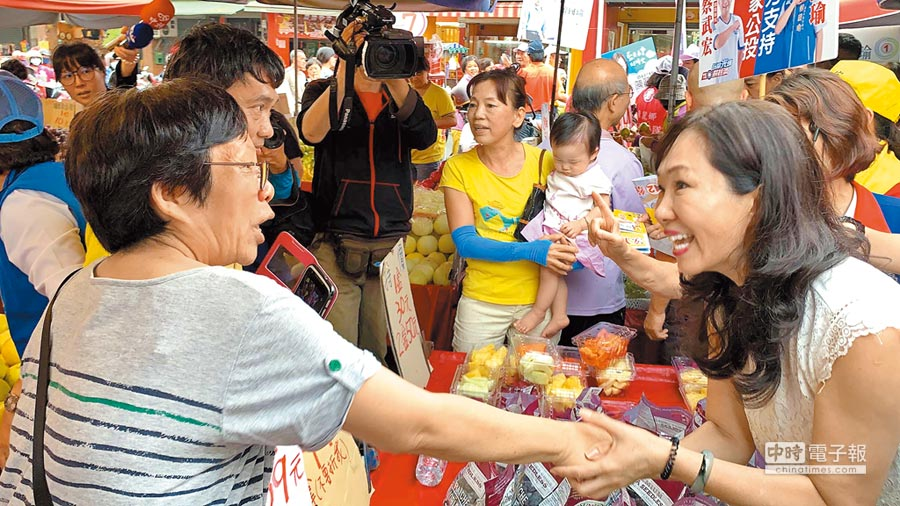 國民黨高雄市長候選人韓國瑜夫人李佳芬(右)日前挺進深綠大票倉,到二苓市場拜票,受到菜籃族熱烈歡迎。(柯宗緯攝)