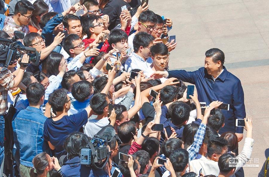 5月2日,中共中央總書記、國家主席、中央軍委主席習近平到北大考察。習近平與師生親切握手。(新華社)