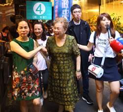 台北》柯爸柯媽代打掃街 攤販打趣喊:支持6號候選人