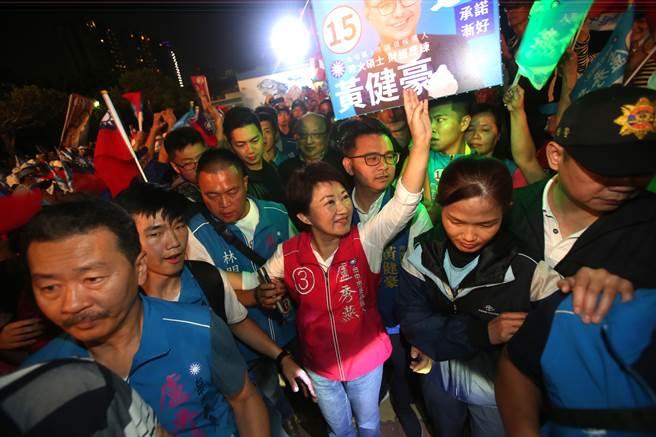 國民黨台中市長候選人盧秀燕與前台中市長胡志強,一前一後大進場,象徵接棒傳承。(王文吉攝)