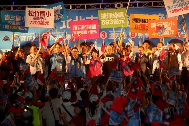 盧秀燕在選前最後一個星期天回防故鄉,在北北屯舉辦造勢晚會,現場湧入4千名支持者,場面相當熱烈。(王文吉攝)