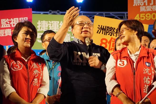 前台中市長胡志強(中)稱讚盧秀燕幫他競選市長,還幫他向中央爭取千億元經費,「欠盧秀燕的恩情實在太多了」。(王文吉攝)