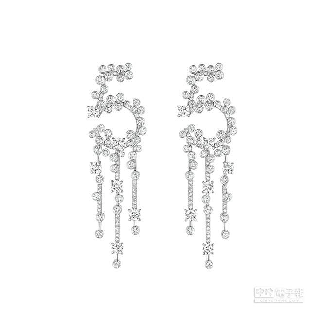 CHANEL N°5耳環,白K金底座上鑲嵌166顆圓形切割鑽石,約共重6.67克拉,約354萬9000元。(CHANEL提供)