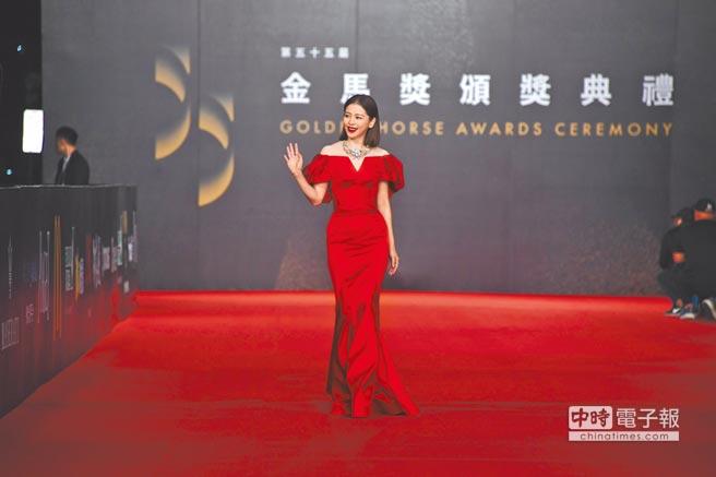 徐若瑄穿上ZAC POSEN大紅色禮服亮相,袖口的抓縐設計及貼身的魚尾裙襬,立體感十足,搭配Tiffany & Co.珠寶約6100萬元。