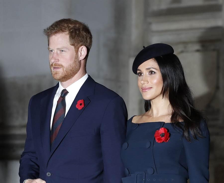 梅根與夫婿哈利王子11月11日在倫敦出席第一次世界大戰結束100周年紀念儀式後,一同離開西敏寺的神情。(美聯社)