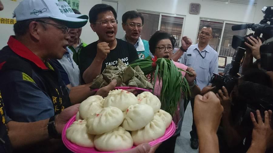 台中市長林龍到建國市場拜票,攤商熱情致送包子及粽子,表示支持。(陳淑芬攝)