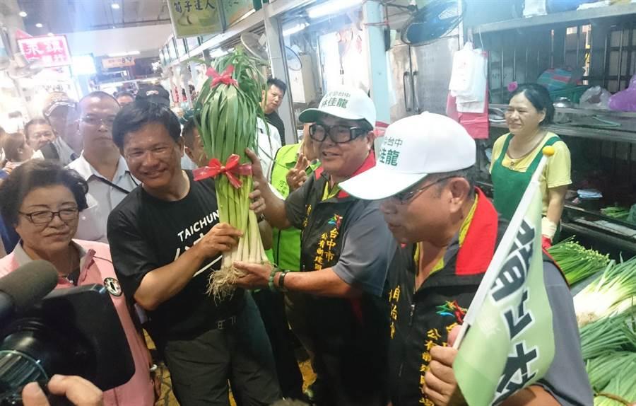 台中市長林佳龍到建國市場拜票,展現高人氣。(陳淑芬攝)
