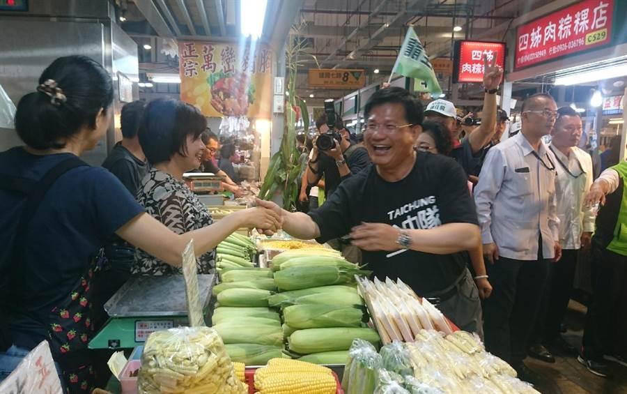 台中市長林佳龍到建國市場拜票,受熱情歡迎。(陳淑芬攝)