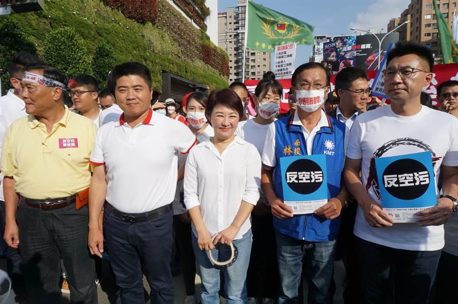國民黨台中市長候選人盧秀燕(中)暫時放假競選行程,聲援反空汙遊行。(王文吉攝)