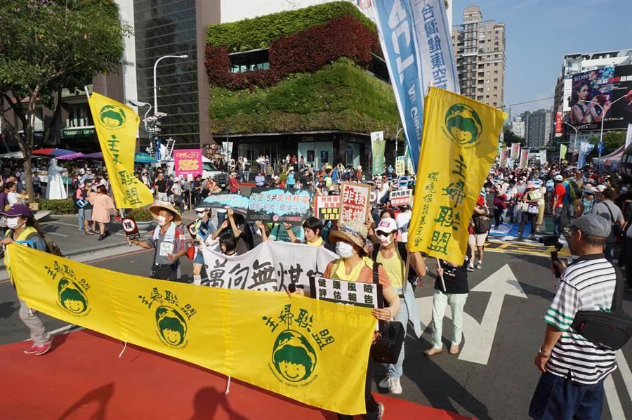 反空汙大遊行從市民廣場出發,許多環保團體徒步走到台灣大到市府廣場,宣傳反空汙理念。(王文吉攝)