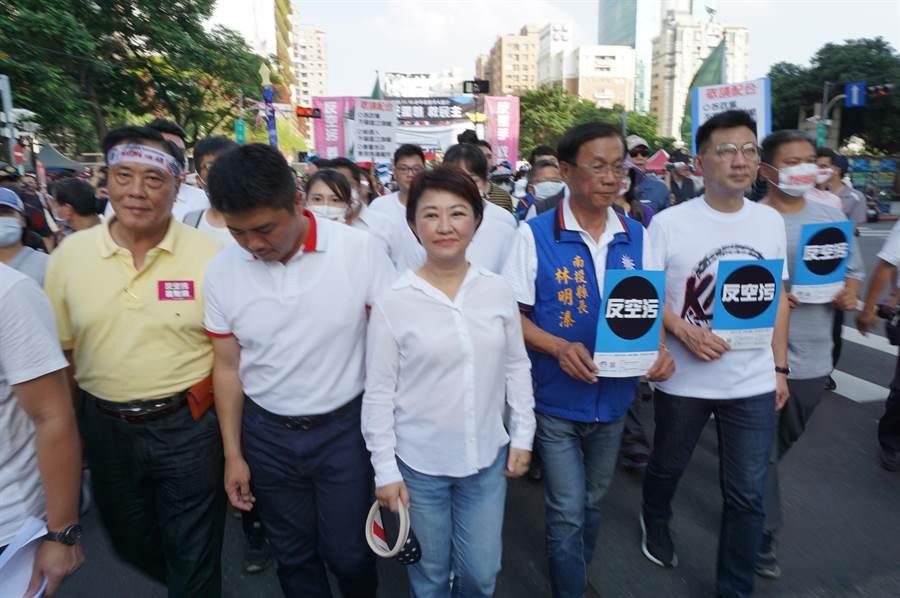 盧秀燕以實際行動聲援反空汙遊行,徒步1個半小時,宣示反空汙決心。(王文吉攝)