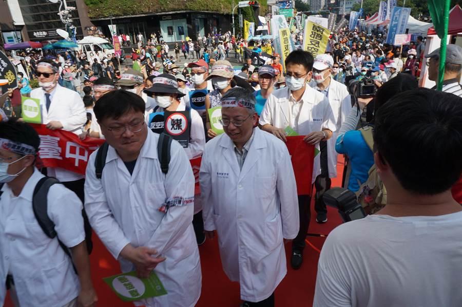 許多醫師響應反空汙遊行,穿著白袍走完全程。(王文吉攝)