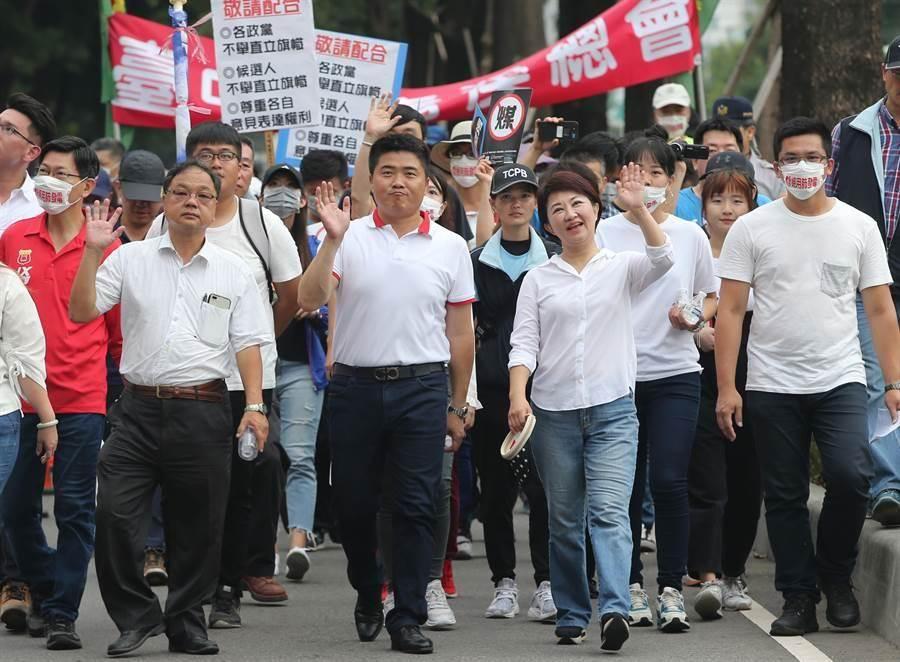 1118台中反空汙大遊行,18日登場,國民黨台中市長候選人盧秀燕(右2)也到場聲援,走完全程。(黃國峰攝)