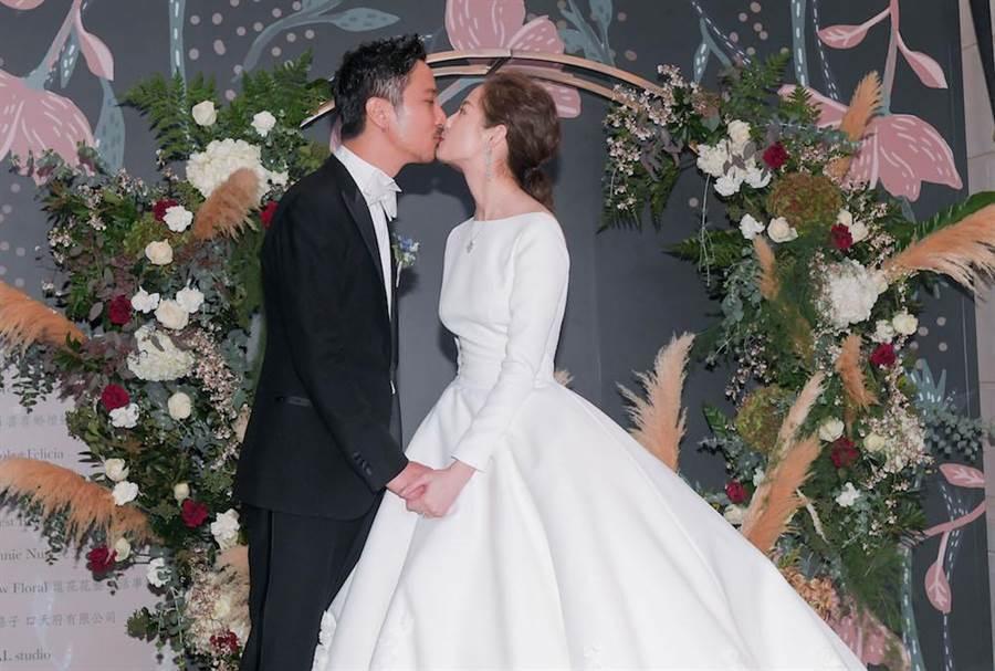 簡嫚書和雲昌隆甜蜜親吻,閃瞎眾人。(盧禕祺攝影)