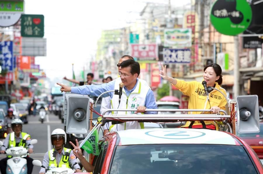 台中市長林佳龍(左)在后里車隊展開拜票,立委洪慈庸(右)挺肚力薦。(陳淑芬攝)