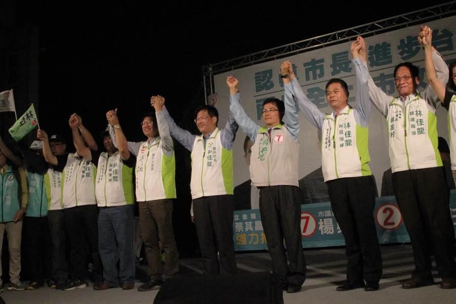 台中市長林佳龍參加市議員王立任及楊典忠聯合造勢晚會,呼籲選民要固、催票。(陳淑芬攝)