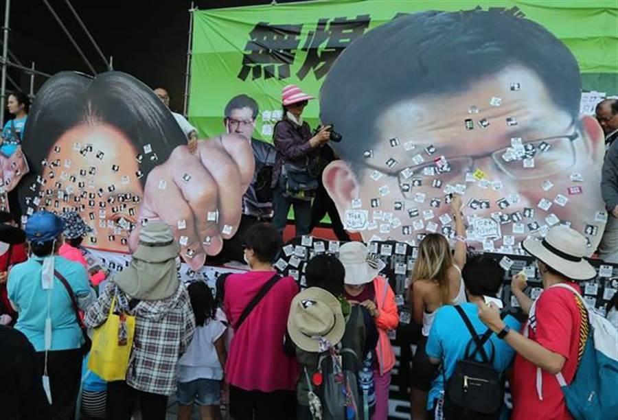 1118台中反空汙大遊行,18日登場,民眾在林佳龍(右)及賴清德(左)的大頭像上,貼滿我要呼吸自由、要真相等標語,表達對二位的不滿。(黃國峰攝)