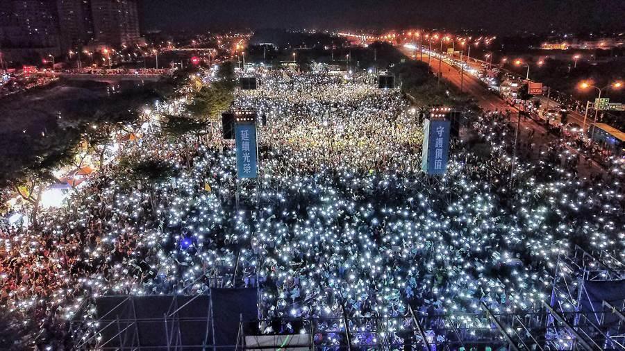 民進黨高雄市長候選人陳其邁在岡山舉辦造勢晚會,主辦方宣布超過10萬群眾擠爆會場。(陳其邁競選辦公室提供)