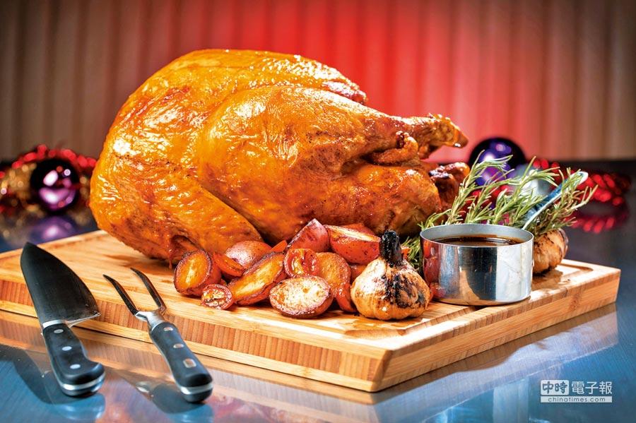 台北文華東方酒店的文華Cafe,在22日至25日晚餐期間,在Buffet餐檯上端出烤火雞讓賓客暢快享用。(台北文華東方酒店提供)