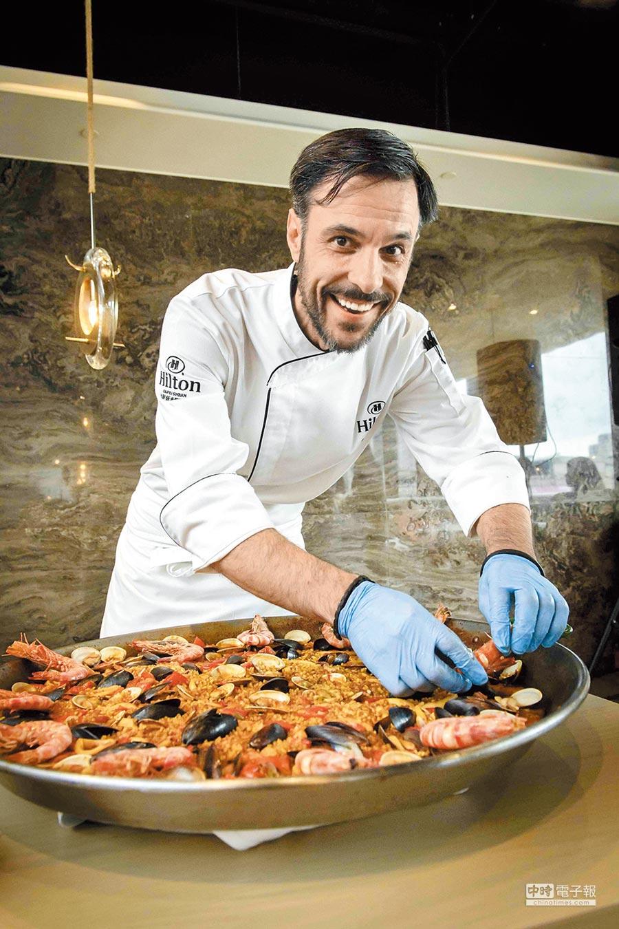 台北新板希爾頓酒店「悅.市集」Buffet餐廳主廚Daniel Sanz Martin,在感恩節當天將打造限定1晚的節慶料理。(台北新板希爾頓酒店提供)