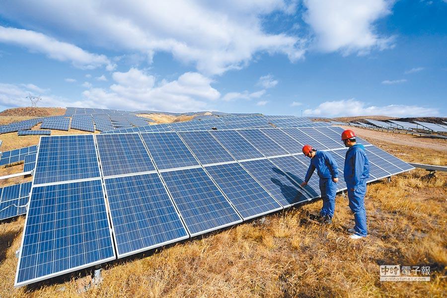 太陽能產業進行跨界整合、生產已成為新趨勢。圖為工人在河北一處太陽能電站巡檢。(新華社資料照片)