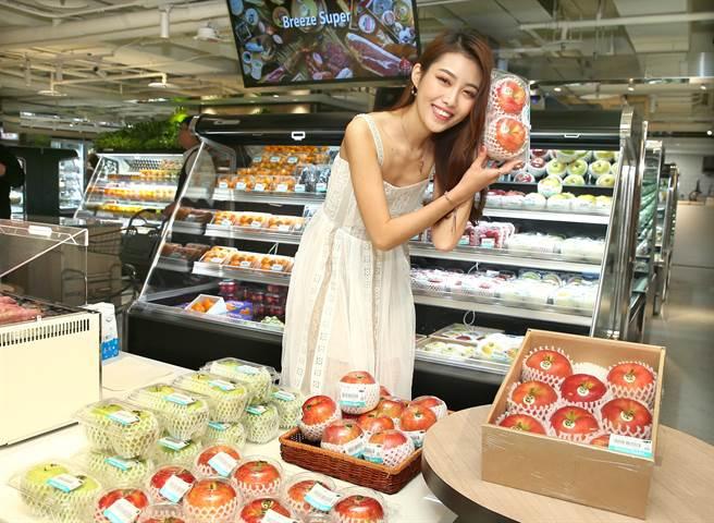 微風超市南京店主客群就是25歲的微風女郎宋蘋恩,針對單身族和小家庭客引進2入包裝的山形蘋果200元。(粘耿豪攝)