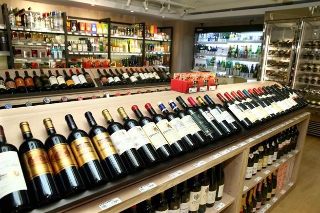 微風超市南京店的酒區有超過300款紅酒、白酒,50多種清酒,與氣泡酒、烈酒、啤酒、調酒、果實酒等酒。(粘耿豪攝)(飲酒請勿過量)