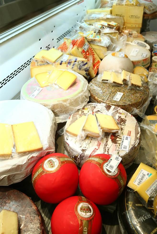 微風超市南京店起司、火腿區,有法、義、西、荷等近200多款起司。(粘耿豪攝)