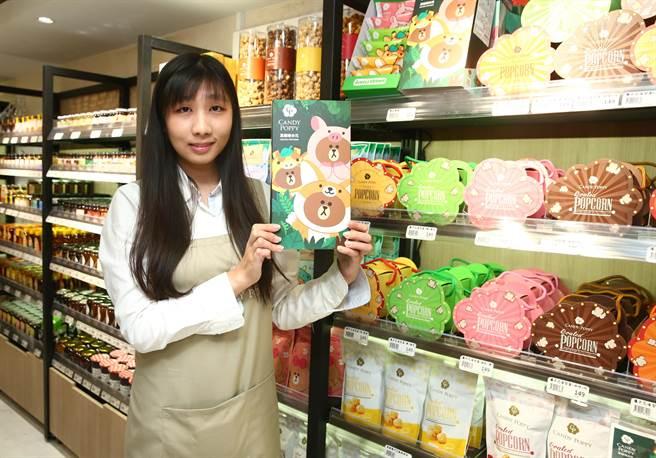 微風超市南京店引進與LINE聯名的爆米花,價格店洽。(粘耿豪攝)