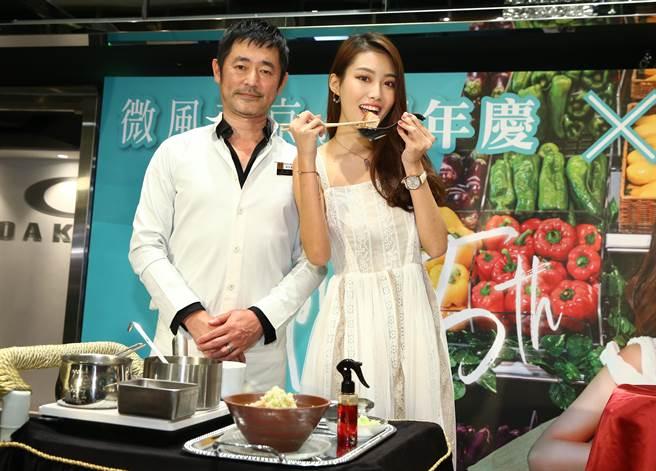 森住康二(左)為微風南京MORU MORU研發周年慶期間限定的豚背脂濃口拉麵280元,今讓宋蘋恩搶先嘗。(微風提供)