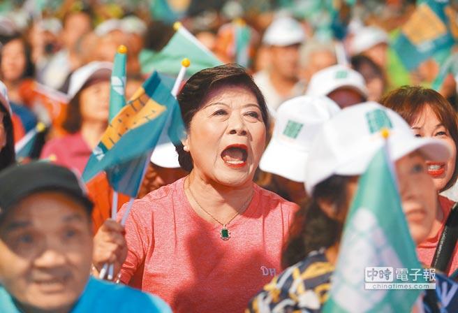 民進黨在土城舉行「新新北,會做事」造勢晚會,熱情支持者隨著台上主持人的指揮搖旗為老縣長加油打氣。(陳怡誠攝)