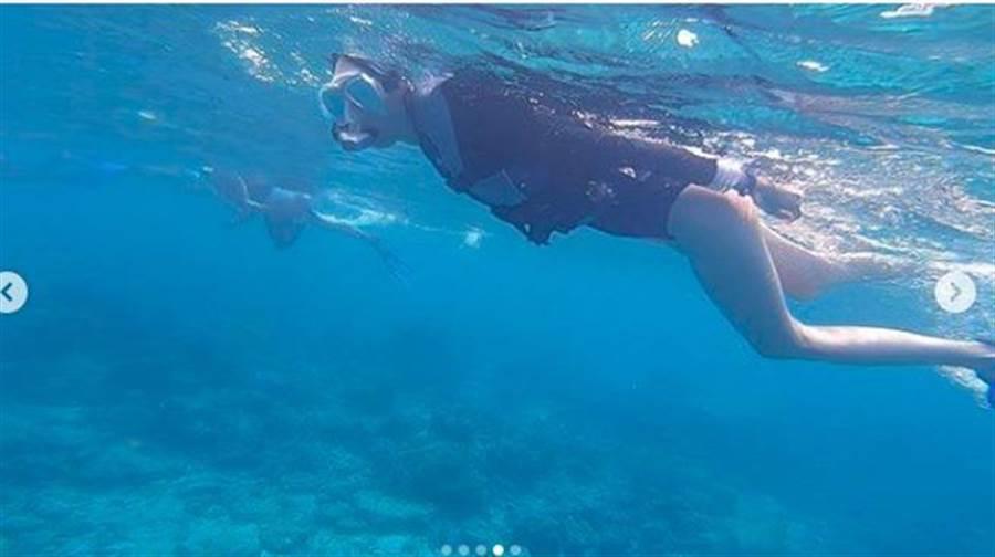 坤達浮潛偷拍柯佳嬿,意外拍出大長腿。(圖/翻攝自謝坤達IG)