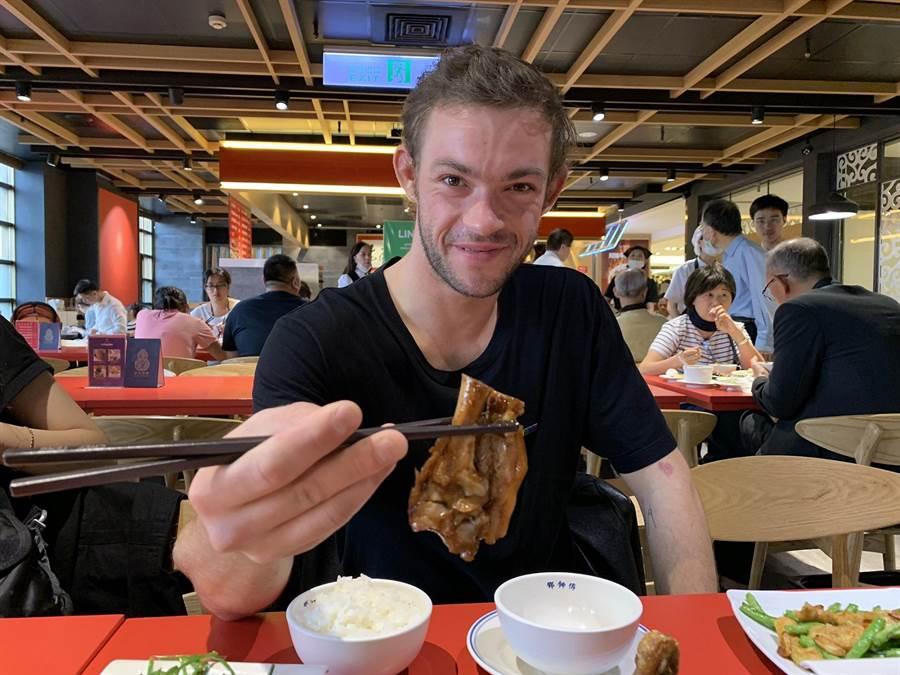 馬利托挑戰用筷子吃豬腳。海鵬提供