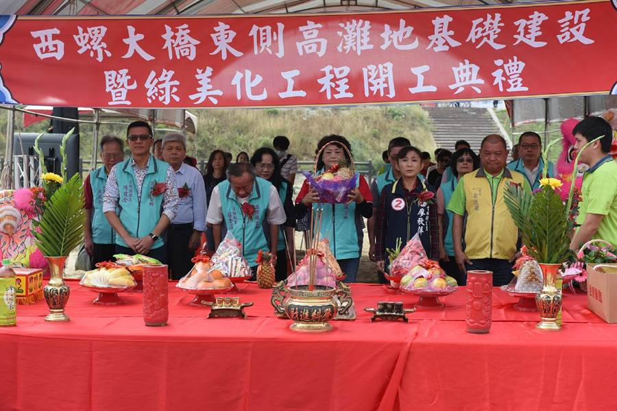 西螺鎮長鄭玲惠(前左三)主持蝴蝶花海相關工程開工典禮。(張朝欣攝)