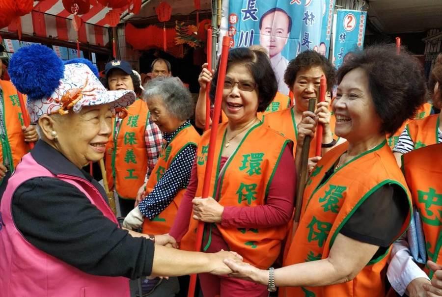 新北市議員黃林玲玲(左一)服務到家獲選民認同,她對遭抹黑炒地皮備感憤怒,決定提告遏止選舉歪風。(吳岳修攝)